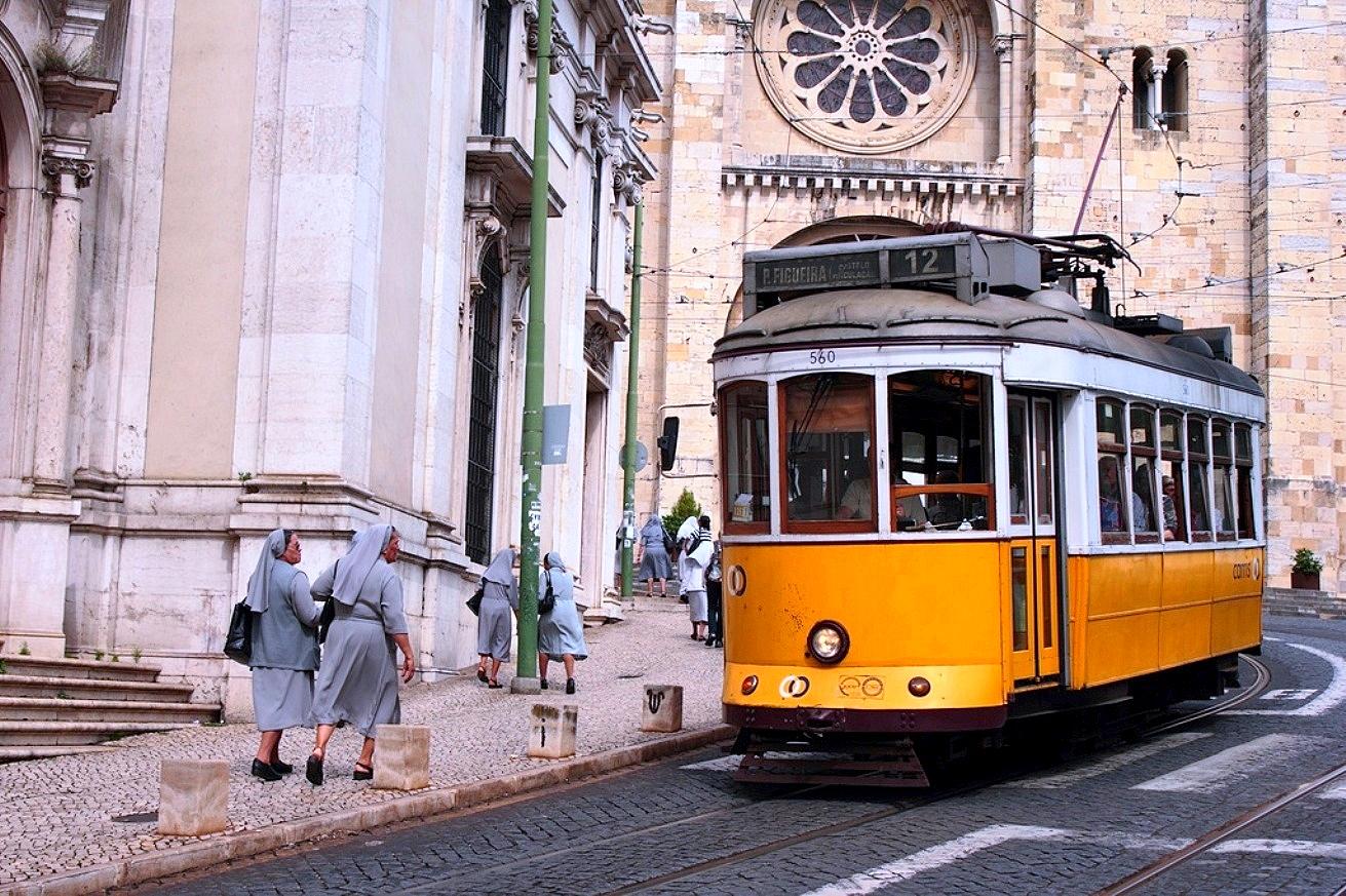 Tramay nº12 et Cathédral Sé - Lisbonne