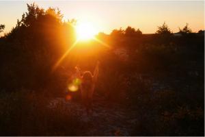 Mia Berg nue au milieu de la nature