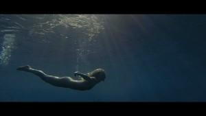 Natasha Brooks nage nue à Snowdonia